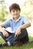 Verticale de jeune garçon se reposant en stationnement image libre de droits