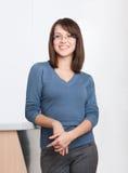 Verticale de jeune gestionnaire dans les glaces photos libres de droits