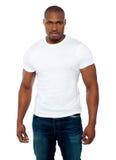 Verticale de jeune homme africain musculaire occasionnel Images stock