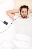 Verticale de jeune homme avec des écouteurs Photos stock