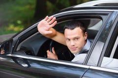 Verticale de jeune homme conduisant le véhicule photographie stock