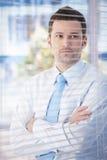 Verticale de jeune homme d'affaires dans le bureau Photographie stock