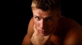 verticale de jeune modèle mâle beau Photo libre de droits