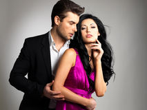 Verticale de jeunes beaux couples dans l'amour Photo stock