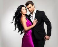Verticale de jeunes beaux couples dans l'amour Images libres de droits