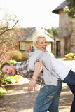 Verticale de jeunes couples énergiques ayant l'amusement Photos stock