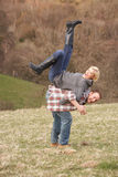Verticale de jeunes couples énergiques ayant l'amusement Image stock