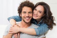 Verticale de jeunes couples affectueux photo stock