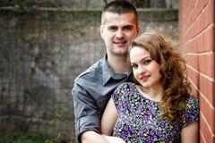 Verticale de jeunes couples dans l'amour Photo stock