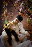 Verticale de jeunes couples dans la robe antique photographie stock
