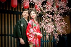 Verticale de jeunes couples dans la robe du Japon images stock