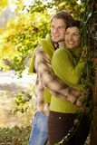 Verticale de jeunes couples en stationnement d'automne Images stock