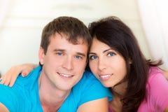 Verticale de jeunes couples heureux image stock