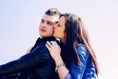 Verticale de jeunes couples heureux Images stock