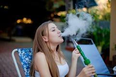 Verticale de jeunes femmes sexy Une partie hookah Image stock