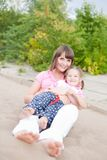 Verticale de jeunes mère et descendant heureux. Photographie stock