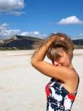 Verticale de jolie fille sur un lac de sel Image libre de droits