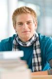Verticale de l'étudiant mâle avec des livres images libres de droits
