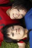 Verticale de l'adolescence asiatique de deux filles Image stock
