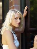 Verticale de l'adolescence assez blonde de fille de jeunes à l'extérieur images libres de droits