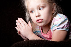 Verticale de l'enfant pensant de fille avec la main Images libres de droits