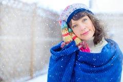 Verticale de l'hiver d'un jeune femme Beauté Girl modèle joyeux touchant sa peau de visage et riant, ayant l'amusement dans le pa images libres de droits