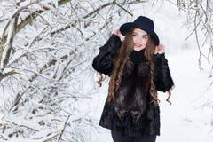 Verticale de l'hiver d'une fille Photos libres de droits