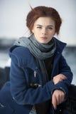 Verticale de l'hiver de jeune femme images stock