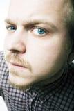 Verticale de l'homme avec des œil bleu Photos libres de droits