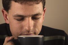 Verticale de l'homme buvant la boisson chaude Image libre de droits