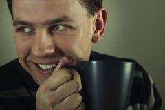 Verticale de l'homme buvant la boisson chaude Photo libre de droits