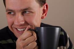 Verticale de l'homme buvant la boisson chaude Image stock