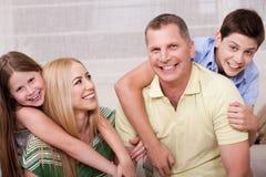 Verticale de la belle famille ayant le togethe d'amusement Photo libre de droits