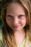 Verticale de la belle jeune fille Photo libre de droits
