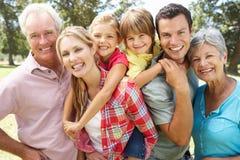 Verticale de la famille sur plusieurs générations à l'extérieur Image stock