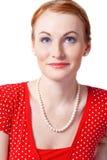 Verticale de la femme de sourire dans un d rouge Photo stock