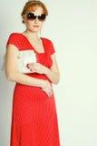 Verticale de la femme de sourire dans un d rouge Photo libre de droits