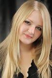 Verticale de la fille assez jeune de la blonde photographie stock