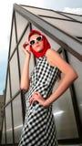 Verticale de la fille avec des lunettes de soleil dans l'image 50 s Photo libre de droits