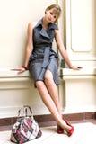 Verticale de la fille dans une robe à la mode Image libre de droits