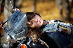 Verticale de la fille sur une moto Images stock