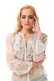 Verticale de la jeune belle femme caucasienne se sentant malade Image stock
