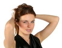 Verticale de la jeune dame rectifiant le cheveu Image stock