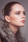Verticale de la jeune fille avec un collet de fourrure Photographie stock libre de droits