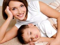 Verticale de la mère heureuse au fils de sommeil Images stock