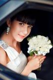 Verticale de la mariée dans le véhicule de mariage Photo libre de droits