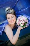 Verticale de la mariée dans le véhicule de mariage Photographie stock libre de droits