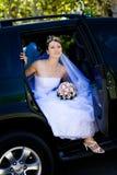 Verticale de la mariée dans le véhicule de mariage Image stock