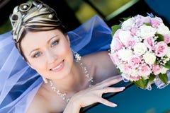 Verticale de la mariée dans le véhicule de mariage Images libres de droits
