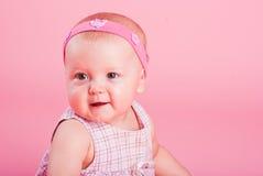 Verticale de la petite belle fille joyeuse image libre de droits
